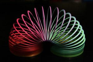 1280px-Slinky_rainbow